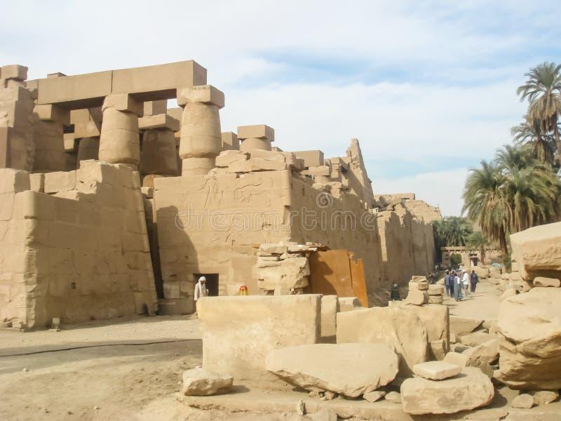 Luxororiëntatiepunten, oude Egyptische gebouwen en standbeelden, hiërogliefen op de muren stock afbeelding