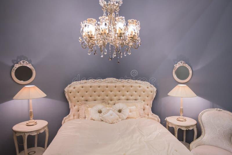 Luxueus duur binnenlands ontwerp van de ruimte van het kinderen` s meisje in de oude stijl Wit bed, zijdehoofdkussens, bedlijsten stock foto's