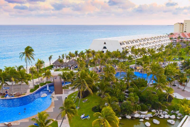 Download Luxueus Hotel Met Een Zwembad. Stock Foto - Afbeelding bestaande uit toevlucht, ontspanning: 29511004