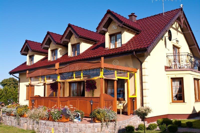 Luxueus huis en tuin stock afbeeldingen