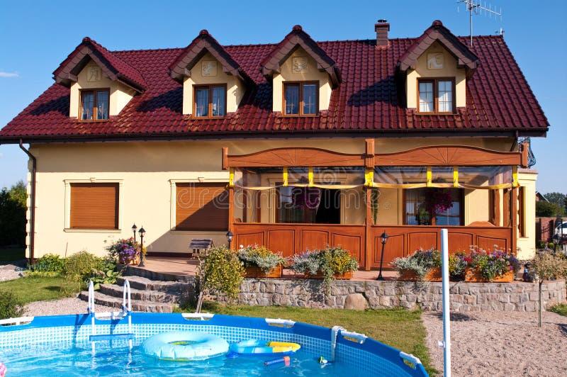 Luxueus huis met pool stock afbeelding