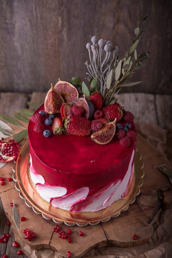 Luxueus huwelijk of St Valentine ` s cake van Bourgondië en rode die schaduwen met sappige aardbeien wordt verfraaid royalty-vrije stock afbeelding