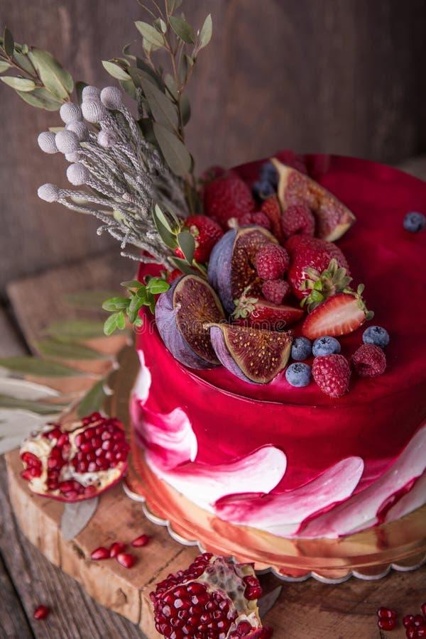 Luxueus huwelijk of St Valentine ` s cake van Bourgondië en rode die schaduwen met sappige aardbeien wordt verfraaid stock fotografie