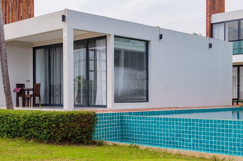 Luxueus modern huis met zwembad stock foto