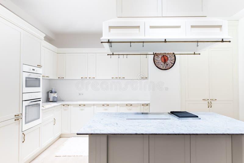 Luxueus modern keukenbinnenland Witte kabinetten houten meubilair in huisdecoratie stock afbeeldingen