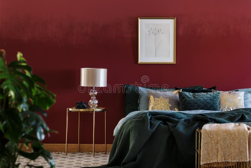 Luxueus slaapkamerbinnenland met affiche stock fotografie