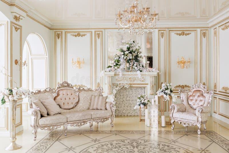 Luxueus uitstekend binnenland met open haard in de aristrocratische stijl stock foto's