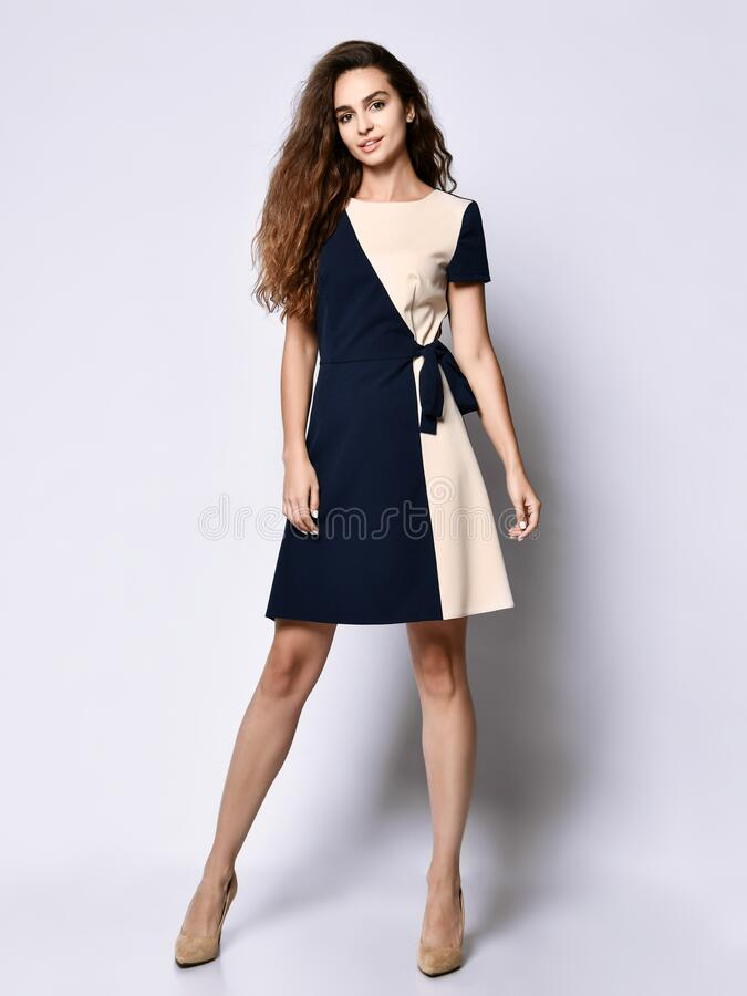 Luxueus vrouwelijk model in een tweetalige jurk en een vollengtegraad Een leuk meisje in romantische kleren gaat op een date royalty-vrije stock afbeeldingen