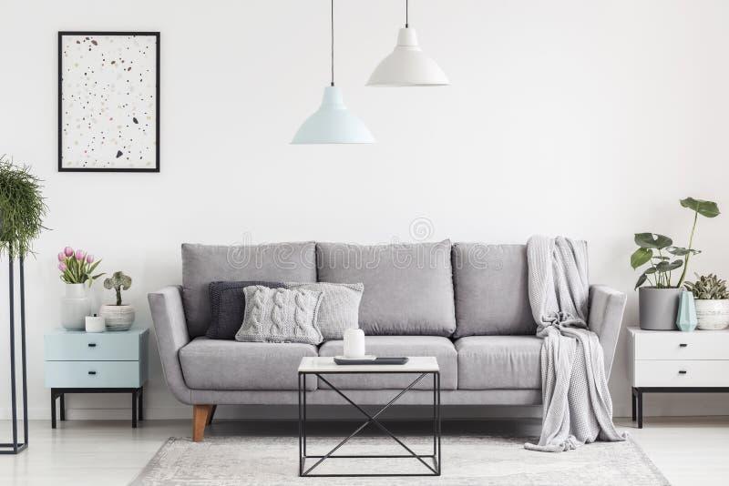 Luxueus woonkamerbinnenland met een grijze laag, lampen, koffie royalty-vrije stock afbeeldingen