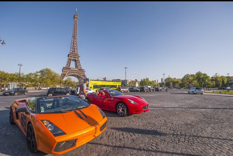 Luxueuze Auto's dichtbij de Toren van Eiffel stock foto