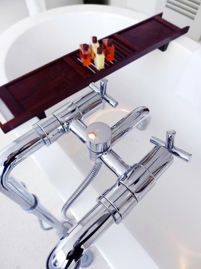 Luxueuze badton met toiletries royalty-vrije stock afbeelding