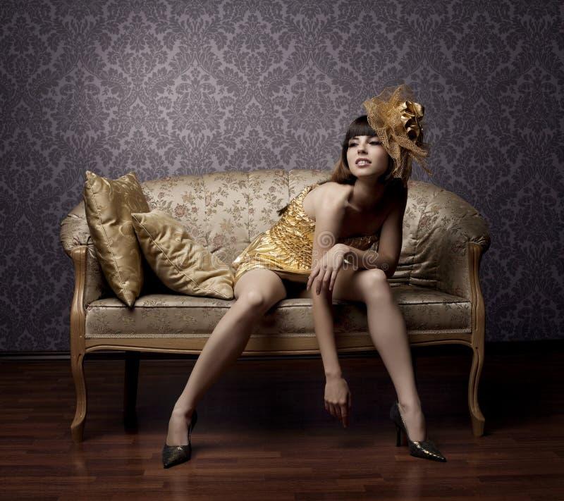 Luxueuze betoverende modellen in goud royalty-vrije stock fotografie