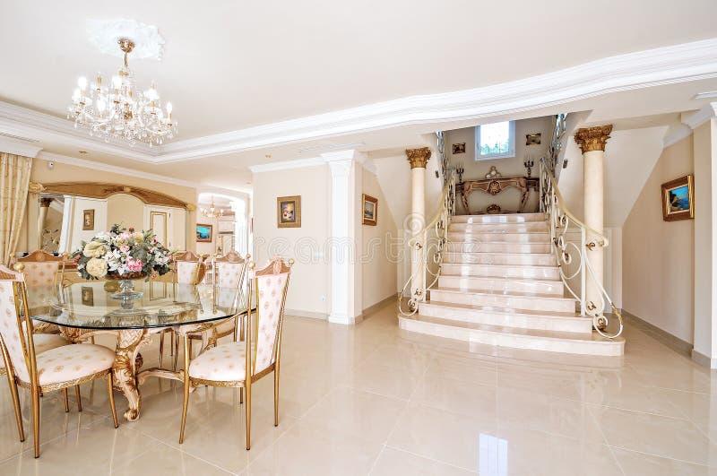 Luxueuze binnenlands met een het dineren gebied en een marmeren vloer en sta stock foto's