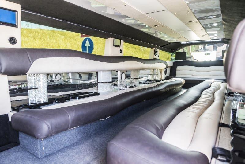 Luxueuze binnenlands van een limousine met verkeersteken stock fotografie