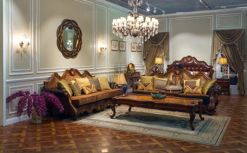 Luxueuze binnenlands Zaal in klassieke stijl stock afbeeldingen