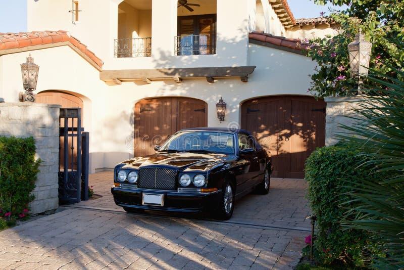 Luxueuze die auto in ingangspoort wordt geparkeerd van huis royalty-vrije stock fotografie