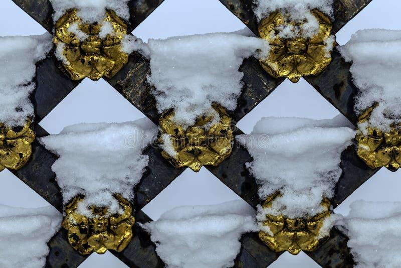 Luxueuze die poort met sneeuw wordt behandeld royalty-vrije stock afbeeldingen