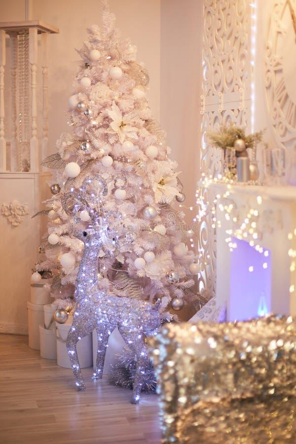 Luxueuze heldere die woonkamer met mooie witte Kerstboom wordt verfraaid Nieuwjaar` s binnenland Zilveren mannetje stock foto's