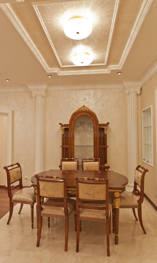 Luxueuze houten eetkamerlijst en stoelen stock foto