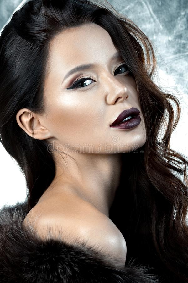 Luxueuze jonge vrouw met avondsamenstelling stock foto