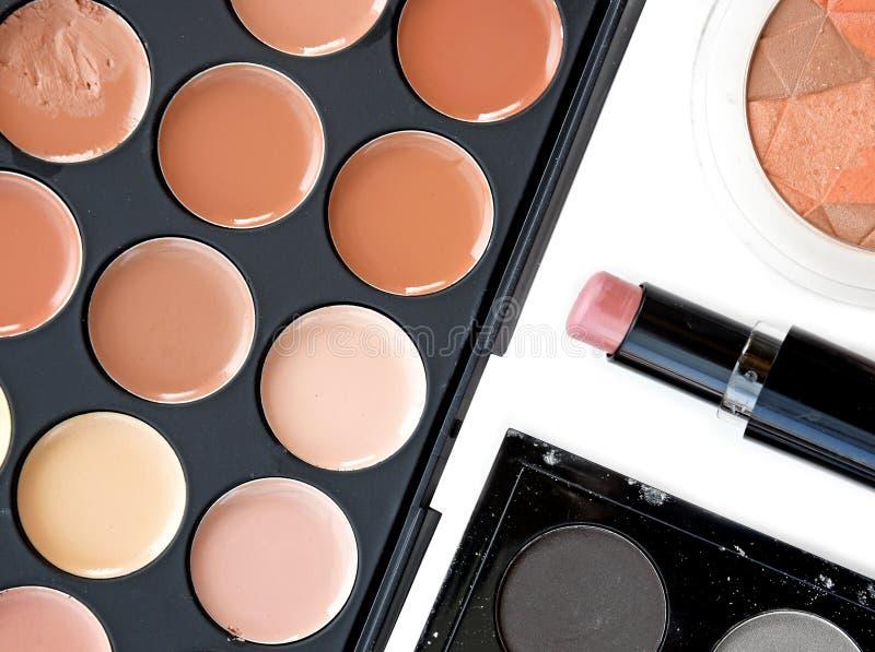 Luxueuze kleurrijke gamma voor lippen Heldere rooskleurige en rode tinten van lippenstift in kleine cirkels van palet stock fotografie