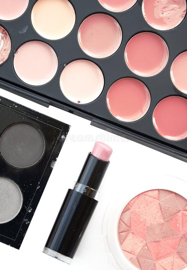 Luxueuze kleurrijke gamma voor lippen Heldere rooskleurige en rode tinten van lippenstift in kleine cirkels van palet stock foto