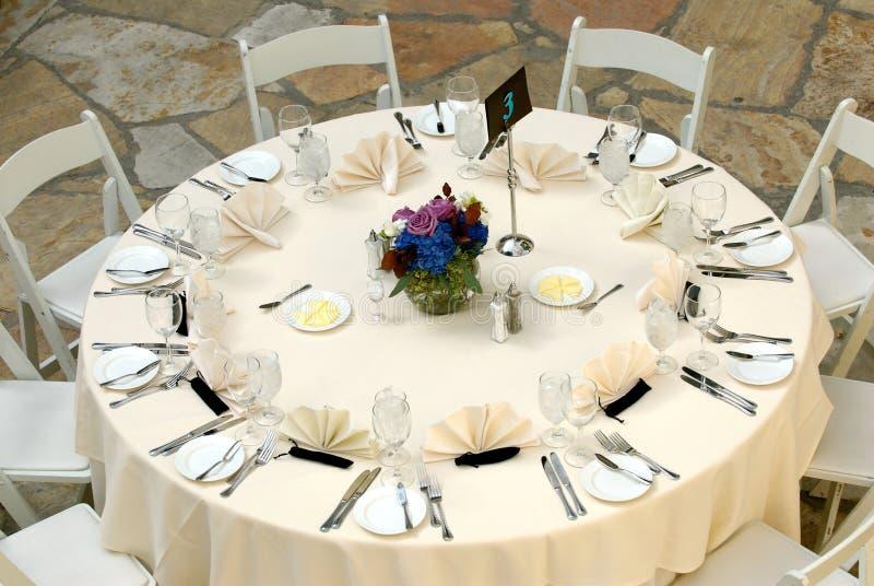 Luxueuze lijst die bij een huwelijksontvangst plaatst stock fotografie