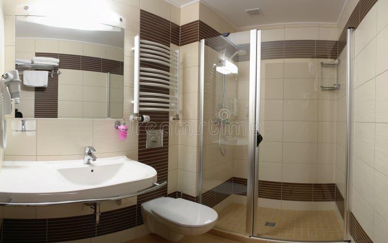 Luxueuze moderne badkamers stock foto's