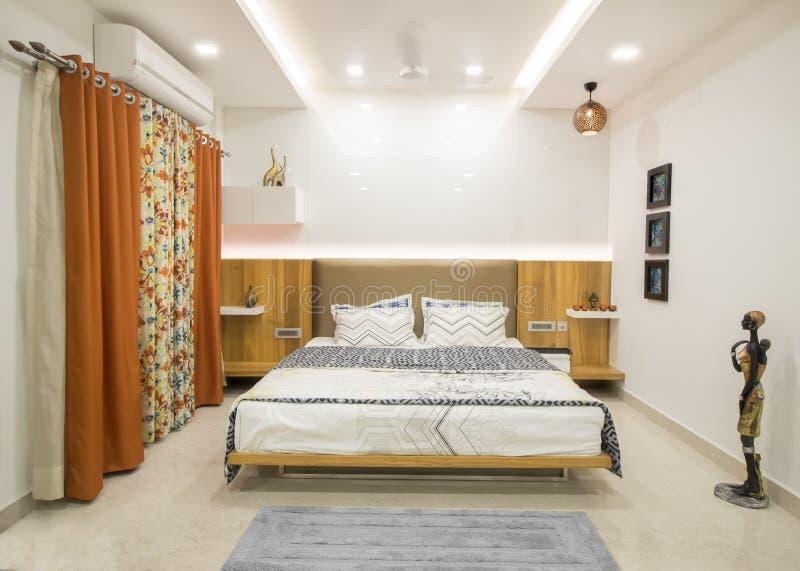 Luxueuze moderne slaapkamer stock foto's