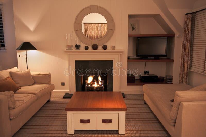 Luxueuze moderne woonkamer met aangestoken brand royalty-vrije stock foto's