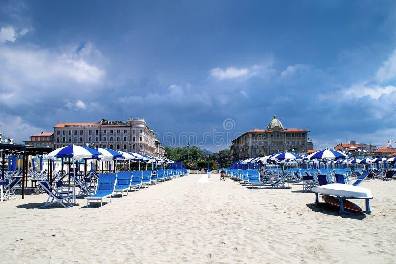 Luxueuze rust op het strand in Viareggio in het laagseizoen stock afbeeldingen