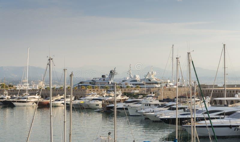Luxueuze super jachten in Haven Vauban in Antibes, Frankrijk stock fotografie