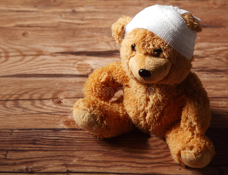 Luxuoso Brown Teddy Bear com enfaixado na tabela imagem de stock