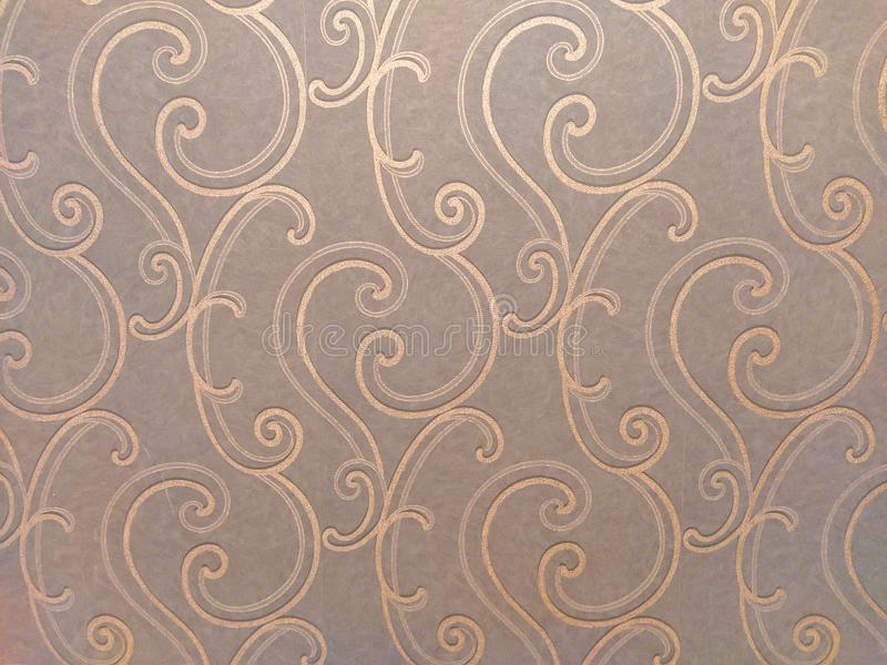 Luxuriös und orientalisch wirkende Einrichtung auf den braunen Tapeten mit goldfarbenen Ornamenten in wirbelfarbenen und kurvenfö stockbilder