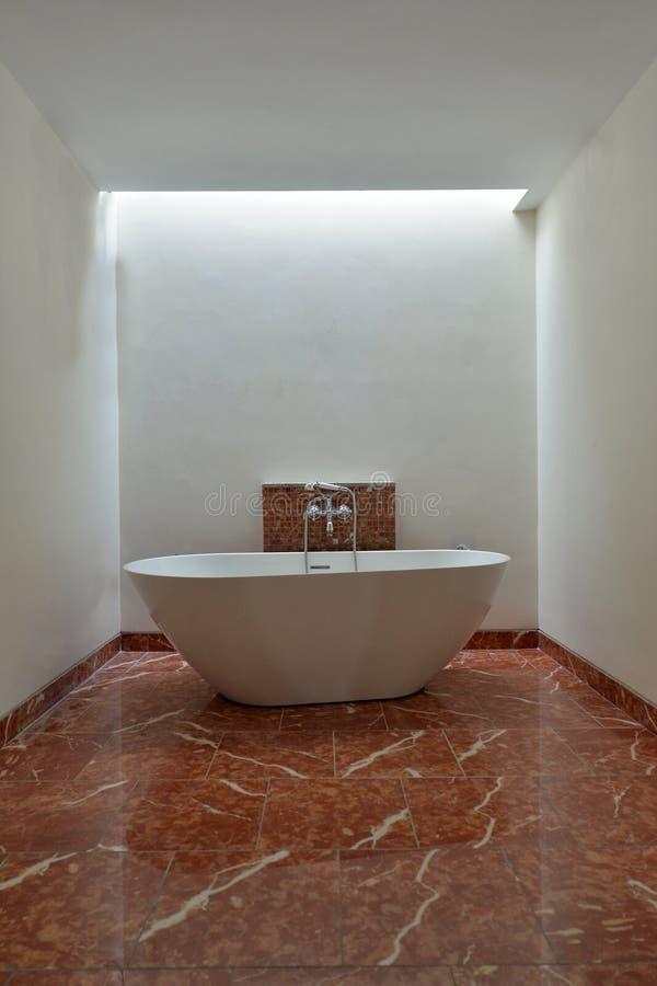 Luxuriöse Badewanne im breiten Raumbadezimmer stockfoto