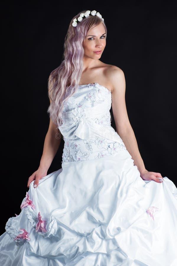 Luxuriöse Braut im Hochzeitskleid stockfoto