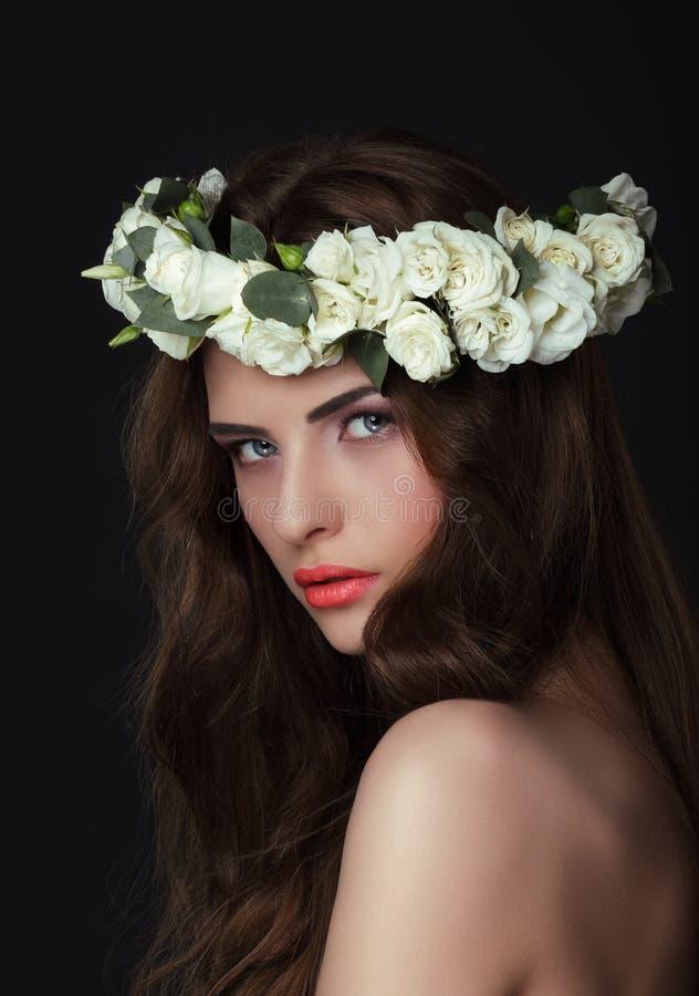 Luxuriöse Frau im Chaplet von frischen Blumen stockbild