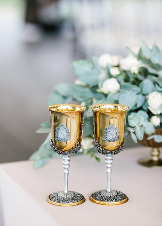 Luxuriöse goldene Champagnergläser auf einer Hochzeit mit Rosen lizenzfreies stockfoto