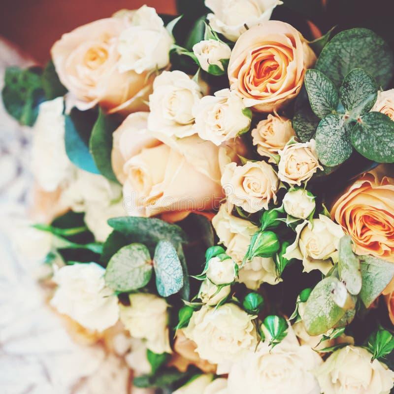 Luxuriöse Hochzeits-Blumenstrauß-mit Sahne Rosen stockbild