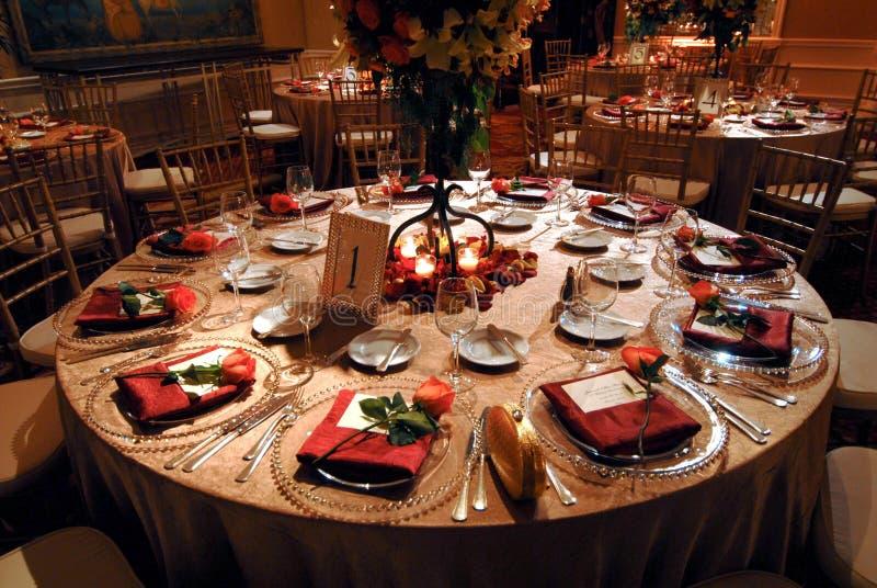Luxuriöse Tabelleneinstellung an einem Hochzeitsempfang lizenzfreie stockbilder