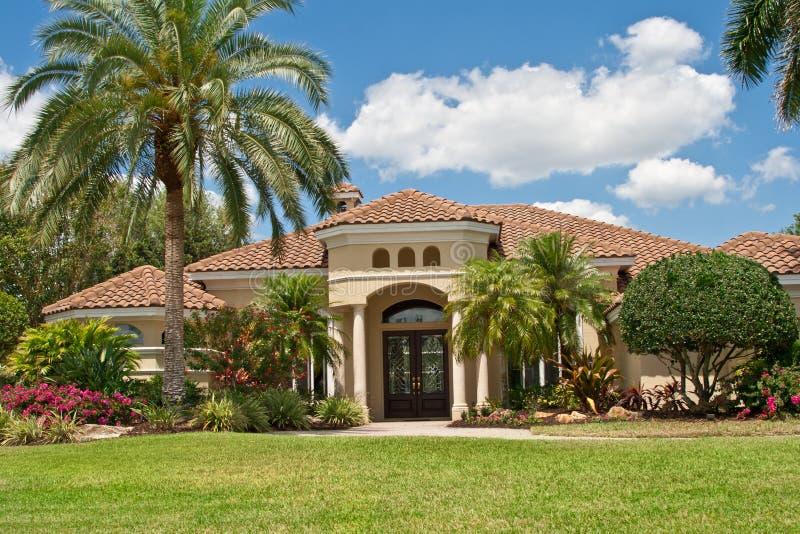 Luxuriöse Villa in den Tropen lizenzfreies stockbild