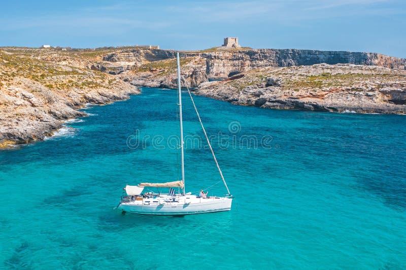Luxuriöse weiße Yachten farbenfrohe Landschaft mit Bucht, Azurblau Wasser, felsigem Strand, blauem Himmel, Luftsicht lizenzfreie stockfotos