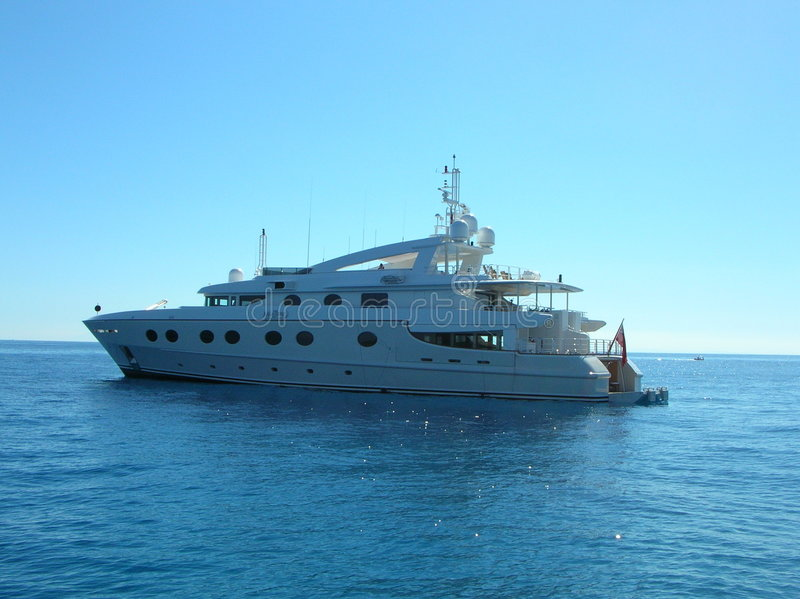 Luxuriöse Yacht im blauen Meer stockfotografie