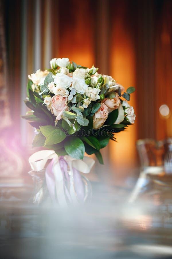 Luxuriöser Blumenstrauß mit Weiß und Creme-Rosen lizenzfreie stockfotografie