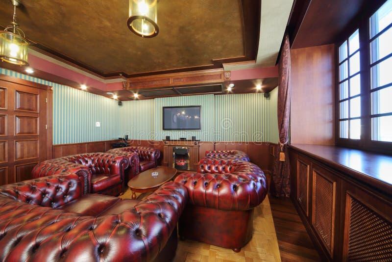 Luxuriöser Englischer Zigarrenraum Mit Ledersesseln Stockfoto - Bild ...