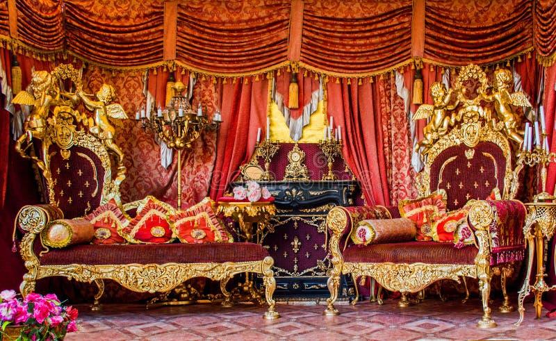 Luxuriöser goldener königlicher bombastischer königlicher französischer Rokokoinnenraum, Rus stockfotos