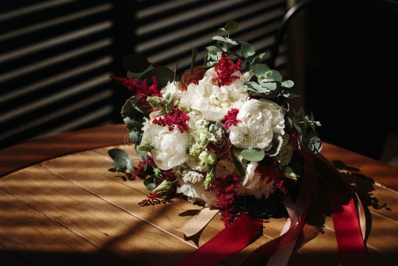 Luxuriöser Hochzeitsblumenstrauß von verschiedenen Blumen stockfotos