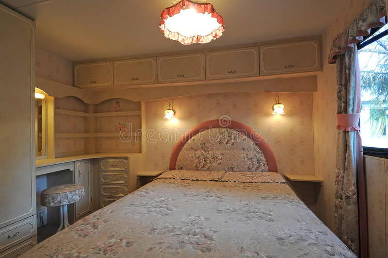 Luxuriöser Schlafzimmerinnenraum des mobilen Wohnmobils lizenzfreies stockbild