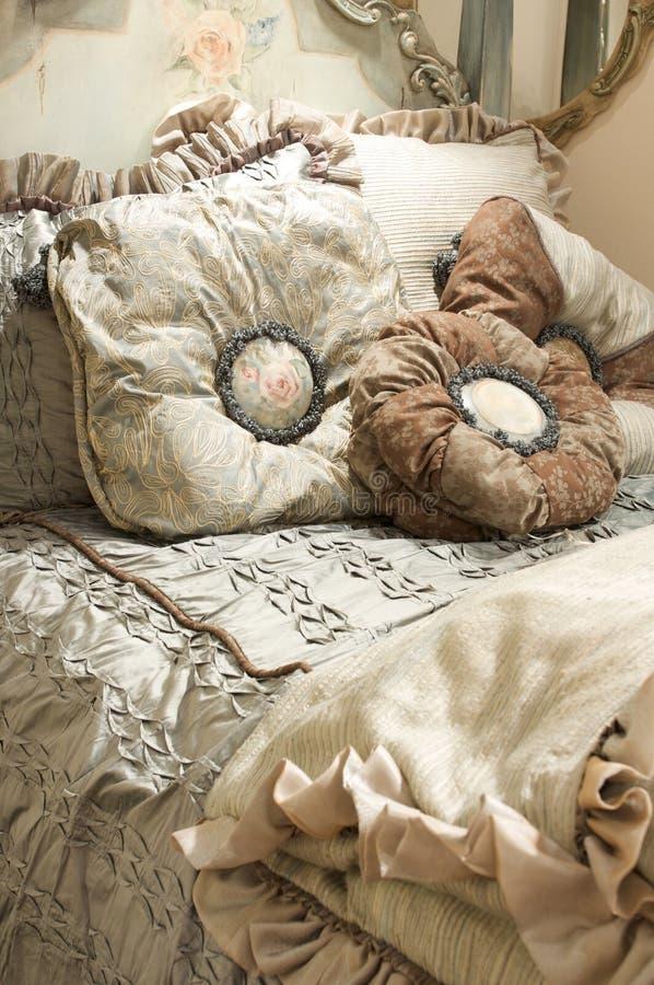 Luxuriöser weiser Schlafzimmersatz lizenzfreie stockfotos