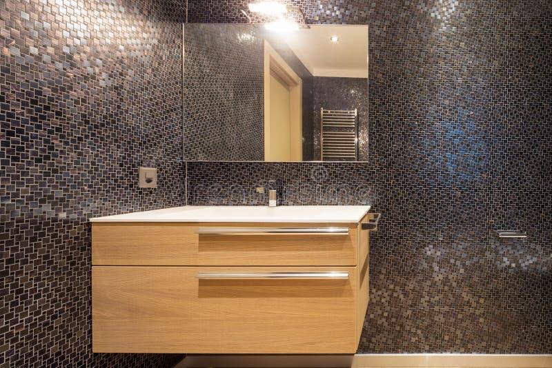 Luxuriöses Badezimmer in der modernen Wohnung lizenzfreie stockfotos